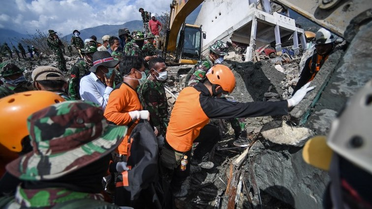 Rescuers race to find Indonesia quake victims, a day before search