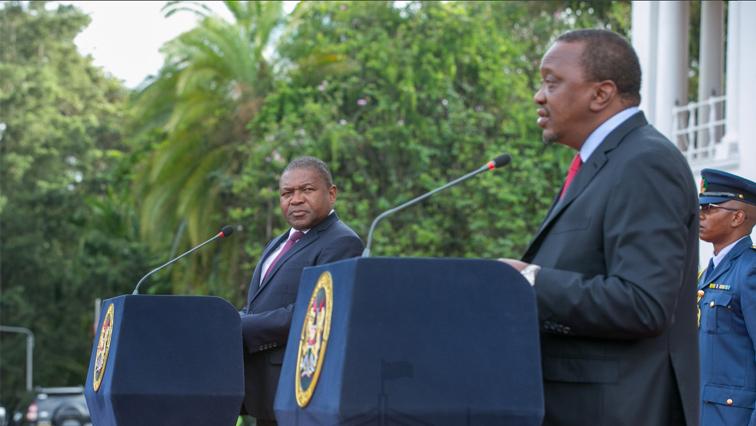Presidents Uhuru Kenyatta (R) and Fillipe Nyusi (L)