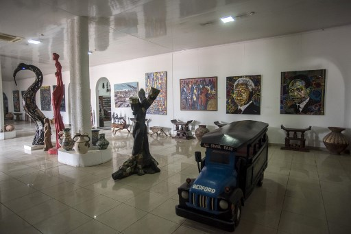 Paintings, statues and other pieces of art are displayed at one of the showrooms inside the Artist Alliance Gallery in Accra on December 11, 2018. - The Artist Alliance Gallery is one of the most known places in Ghana that sells artwork and handicrafts from all kinds of different Ghanaian artists. It's often visited by tourists and it's a reference inside the Ghanaian art scene.