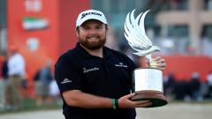 Shane Lowry holding his Abu Dhabi Championship trophy
