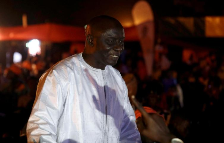 "Idrissa Seck, a presidential candidate of the coalition ""Idy 2019"", greets his supporters"