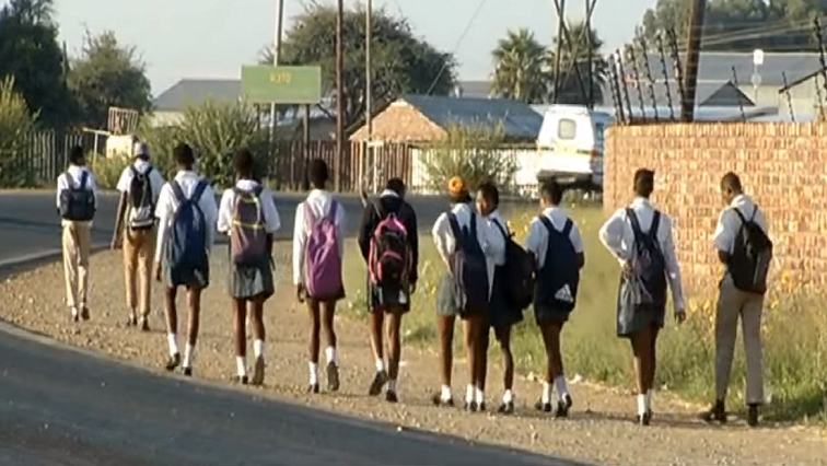 SABC News Learners - Parents fear for safety as learners in N Cape town are without transport