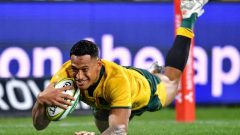 Wallabies star Israel Folau scores a try.