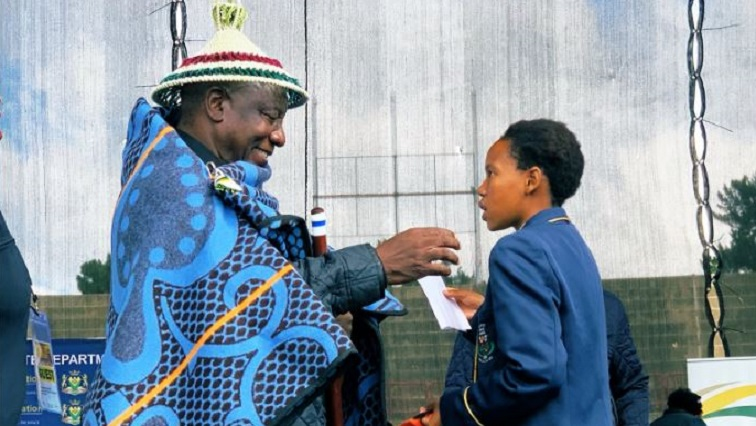 SABC News Ramaphosa.JPG Twitter@MyANC - Ramaphosa hands over 300 tablets to QwaQwa learners
