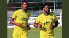 Thandani Ntshumayelo training with team mate