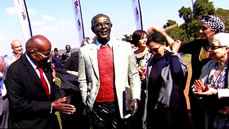 SABC News KATRHADA STATUE - Struggle veterans pay tribute to Ahmed Kathrada