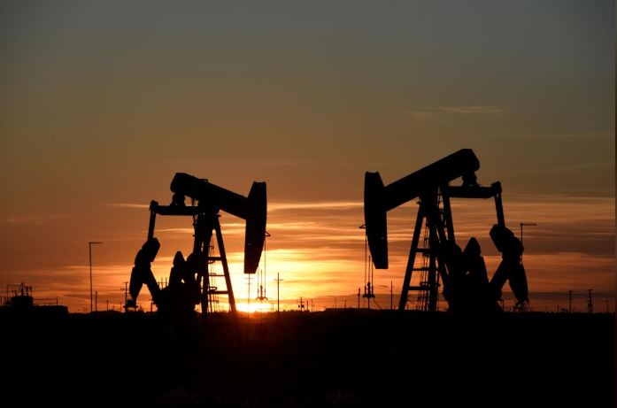 SABC News Oil Pumps R - Oil mixed as OPEC cuts, US sanctions prop up prices
