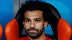 Foto del viernes de Mohamed Salah en el banco de suplentes de Egipto en el choque ante Uruguay.