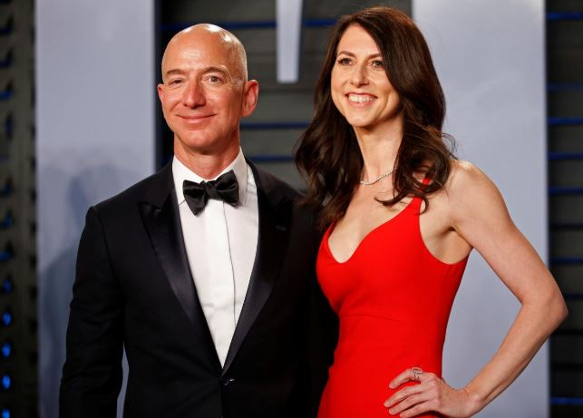 2018 Vanity Fair Oscar Party – Arrivals – Beverly Hills, California, U.S., 04/03/2018 – Amazon CEO Jeff and wife MacKenzie Bezos