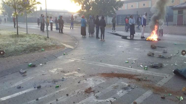 SABC News protest @AsktheChiefJMPD - Striking Soweto residents blockade roads