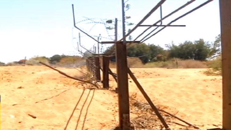 SABC News SA border - Thousands cross the Beit Bridge border post in Musina daily