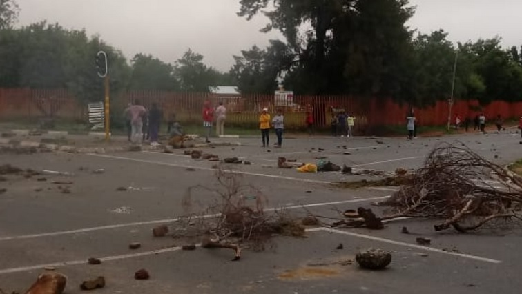 Closed roads in Soweto as residents protest over lack of electricity - SABC News - Breaking news, special reports, world, business, sport coverage of all South African current events. Africa's news leader.