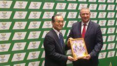Mayor of Iwanuma city, Mr Hiroo Kikuchi presenting a gift to Sascoc Acting President, Mr Barry Hendricks.