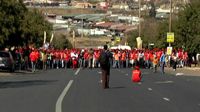 Chaos erupts at EFF march - SABC News - Breaking news, special reports, world, business, sport coverage of all South African current events. Africa's news leader.