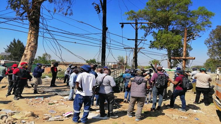 SABC News Eskom Twitter via @Eskom SA - Eskom dismantling illegal connections in Diepsloot