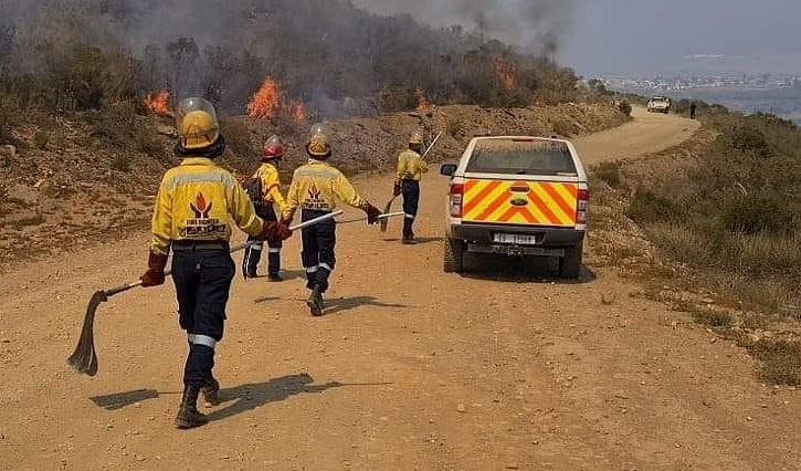 SABC News Firefighters - Fire authorities in Barrydale hope to bring wildfire under control this weekend
